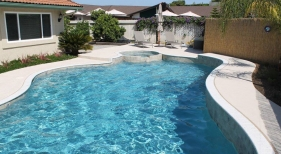 Freeform-Pool-with-Raised-Spa-and-Wall