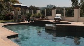 Freeform-Pool-with-Raised-Spa