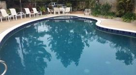 Freeform-Pool-with-Leveled-Spa